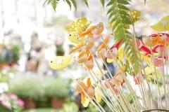 Små fågelstatyetter som dekorerar houseplants Royaltyfri Bild