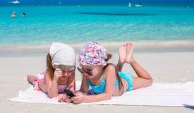 Små förtjusande flickor under karibisk semester Arkivfoto