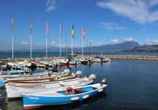 Små fartyg i Cisano härbärgerar, sjön Garda, Italien Arkivfoto