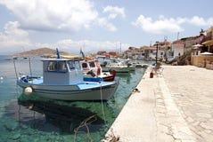 Små fartyg i den Chalki ön Arkivfoto