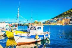 Små fartyg i grekisk port på ön, Grekland Arkivbild