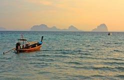 Små fartyg i havet på skymning, Thailand royaltyfri fotografi