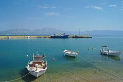 Små fartyg i solig grekisk hamn Royaltyfri Bild