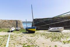Små fartyg inställde på skeppet i den minsta porten av Frankrike, port Racine, den Cotentin halvön Royaltyfri Fotografi