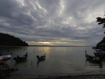 Små fartyg och det lugna havet i morgonhimlen Fotografering för Bildbyråer