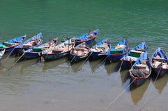 Små fartyg på floden i Lang Co Bay, ton, Vietnam Royaltyfri Bild