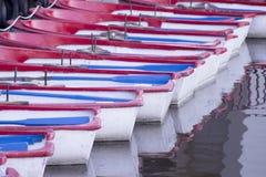 Små fartyg på pir av en sjö Royaltyfri Foto