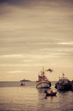 Små fiskarefartyg i havet arkivbild