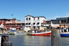 Små fiskebåtar i `en för fiskeport förändrar Strom ` i nden för Östersjön semesterortWarnemà ¼ Royaltyfri Foto