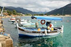 Små fiskebåtar i fjärden av Sagone Arkivfoto