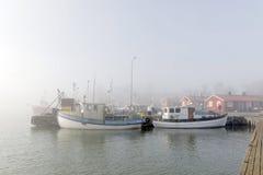 Små fiskebåtar i hamnen per dimmig morgon Royaltyfri Fotografi
