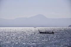 Små fiskebåtar i havet på Thailand arkivbild