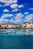 Små fiskebåtar i lagun i huvudstaden Arrecife i LAN Arkivbilder
