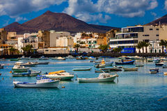 Små fiskebåtar i lagun i huvudstaden Arrecife i LAN Royaltyfri Bild