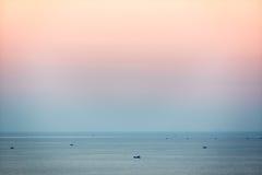 Små fiskebåtar i sydkinesiska havet på skymning, Mui Ne, Vietnam Royaltyfri Bild