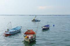 Små fiskebåtar på hamnstrand Arkivfoto