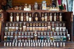 Små flaskor av naturliga extrakter i förgrunden Arkivbilder