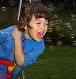 Små flicka och bubblor Arkivbilder