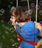 Små flicka och bubblor Arkivfoto