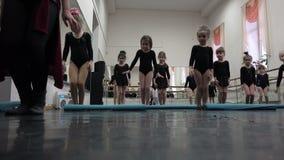 Små flickor bär en pilbåge till åskådare i tacksamhet för förtittkapaciteter lager videofilmer