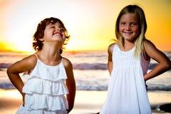 Små flickor i en solnedgång Royaltyfri Foto