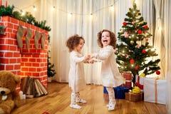 Små flickor kopplar samman barnjul som dansar och att ha gyckel, skratt Fotografering för Bildbyråer