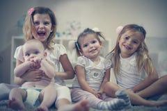 Små flickor med behandla som ett barn brodern Stående royaltyfri bild