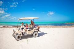 Små flickor och deras moder som kör golfvagnen på Arkivbilder