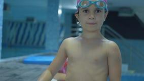 Små flickor simmar i pölen stock video