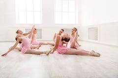 Små flickor som dansar balett i studio Royaltyfri Fotografi