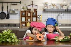 Små flickor som förbereder sund mat Royaltyfri Bild