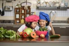 Små flickor som förbereder sund mat Royaltyfria Foton