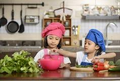 Små flickor som förbereder sund mat Arkivbild