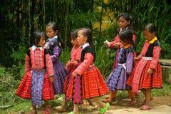 Små flickor som går på gatan under förälskelse, marknadsför festival Arkivfoto