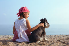 Små flickor som omfamnar hennes hund Arkivfoton