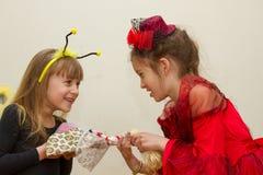 Små flickor som slåss, och delad docka Royaltyfri Foto