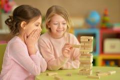 Små flickor som spelar med kvarter Arkivfoton