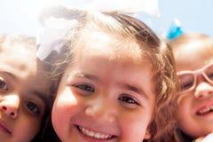 Små flickor som tar en selfie Royaltyfria Foton