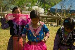 Små flickor under förälskelsemarknadsfestival i Vietnam Arkivfoto