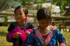 Små flickor under förälskelsemarknadsfestival i Vietnam Arkivfoton