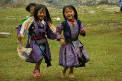 Små flickor under förälskelsemarknadsfestival i Vietnam Royaltyfria Bilder
