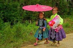 Små flickor under förälskelsemarknadsfestival i Vietnam Royaltyfria Foton
