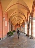Små gamla gata och archs i den italienska staden Padua i region av Veneto, Italien fotografering för bildbyråer