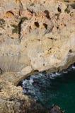 Små grottor på den Algarve kustlinjen i Portugal Arkivfoton