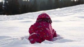 Små gulliga flickalekar med snö stock video