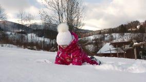 Små gulliga flickalekar med snö arkivfilmer