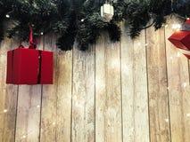 Små gulliga röda festliga gåvaaskar, jul, nytt års garnering på bakgrunden av gröna julgranfilialer royaltyfria foton