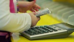 Små händer som beräknar och räknar pengar i banken lager videofilmer