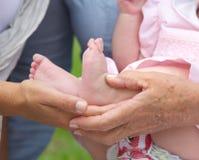Små händer som rymmer, behandla som ett barn fot Royaltyfria Foton