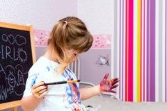 Små härliga flickaattraktionmålarfärger royaltyfri bild